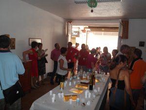 (FOTO 06) Cuando la BMMV prosigue el pasacalles, es la hora de los vecinos y amigos. Y el farolillo de los Maseros siempre presente